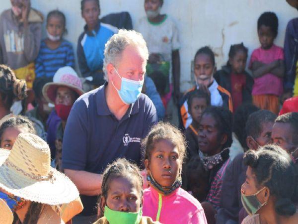 તસવીરમાં માસ્ક પહેરેલા ડેવિડ બિસલે દેખાય છે. તેમણે મડાગાસ્કર પહોંચી પીડિત પરિવાર તથા બાળકો સાથે મુલાકાત કરી હતી