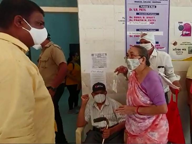 વડોદરાની સયાજી હોસ્પિટલમાં વેક્સિન ન મળતા લોકોએ હોબાળો મચાવ્યો, વૃદ્ધ મહિલા રસી લેવા 3 સેન્ટર પર ભટક્યા, 3 કલાક બેસી રહેવુ પડ્યું વડોદરા,Vadodara - Divya Bhaskar