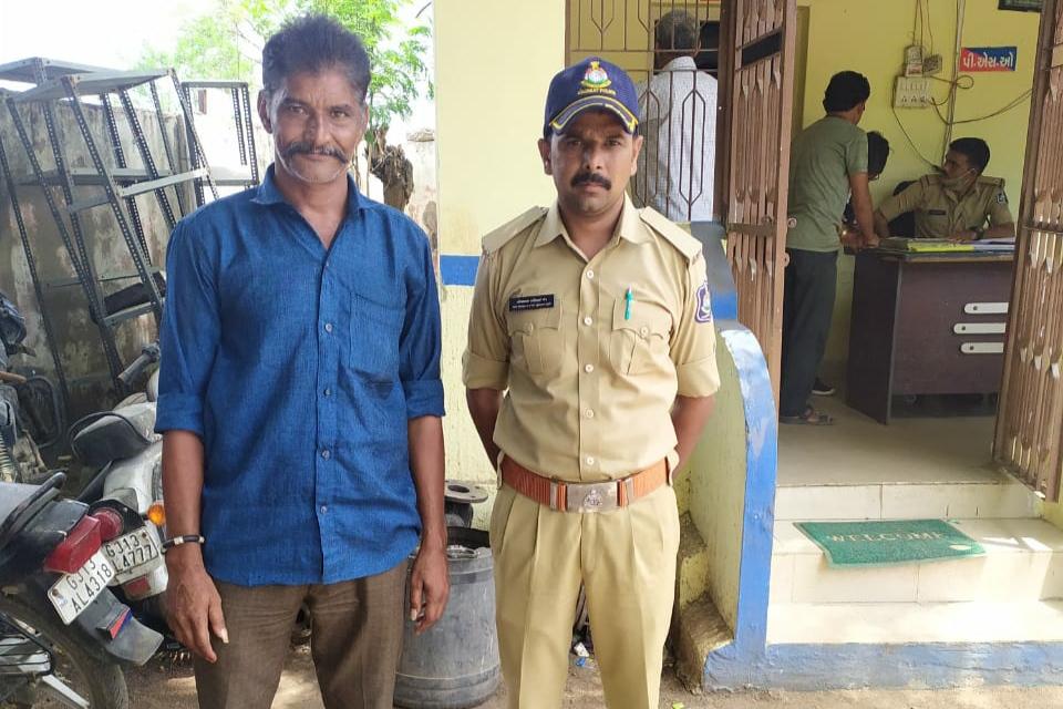સુરેન્દ્રનગરના કામલપુરના યુવાનની તાલુકા પંચાયત કચેરીમાં  આત્મવિલોપન કરવા જતા  પોલીસે અટક કરી - Divya Bhaskar