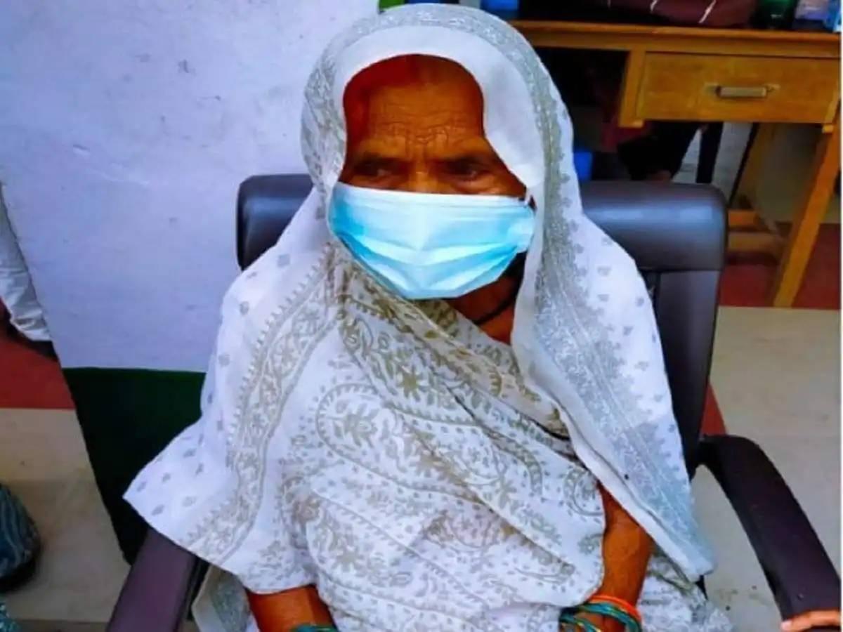96 વર્ષીય આધાર કુમારીની વાત માન્યા પછી ગામવાસીઓએ વેક્સિન લીધી, કહ્યું, 'હું તો ભણેલી નથી પણ રસી લોકોનું જીવન બચાવશે એ ખબર છે'|લાઇફસ્ટાઇલ,Lifestyle - Divya Bhaskar