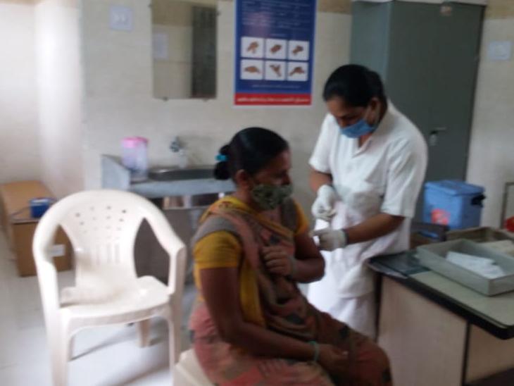 સુરેન્દ્રનગર જિલ્લામાં રસીના સેન્ટરમાં લોકોએ રસીકરણનો લાભ લીધો હતો. - Divya Bhaskar