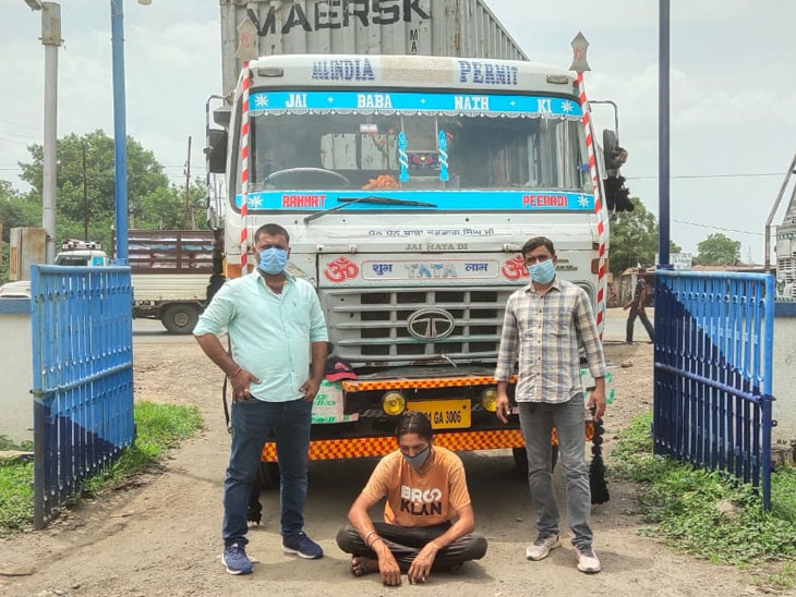 પોલીસે દારૂનો મોટો જથ્થો ઝડપી લીધો હતો. - Divya Bhaskar