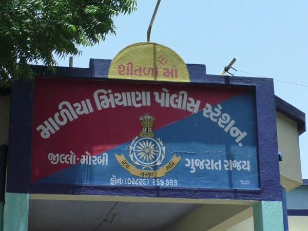 મોરબી જિલ્લાના માળિયામાં એક એવું પોલીસ સ્ટેશન કે જ્યાં લખાયું છે શીતળામાંનું નામ|મોરબી,Morbi - Divya Bhaskar