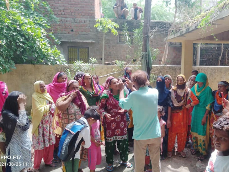 દસાડામાં પીવાના પાણી અને ગંદકીના પ્રશ્ને મહિલાઓ રણચંડી બની પંચાયત કચેરીમાં હલ્લાબોલ કર્યો હતો. - Divya Bhaskar