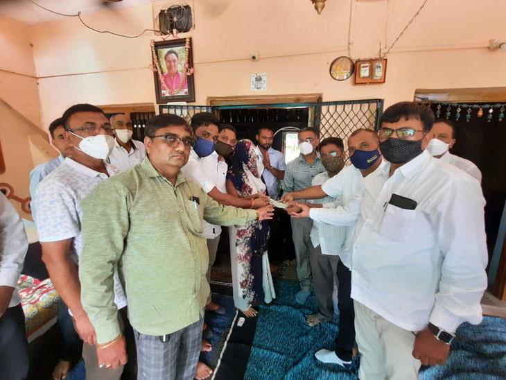 શહેરા તાલુકા પ્રાથમિક શૈક્ષિક અને શિક્ષક સંઘના કલ્યાણનીધી માંથી મૃતક શિક્ષકના પરિવારને સહાય ચુકવવામાં આવી - Divya Bhaskar