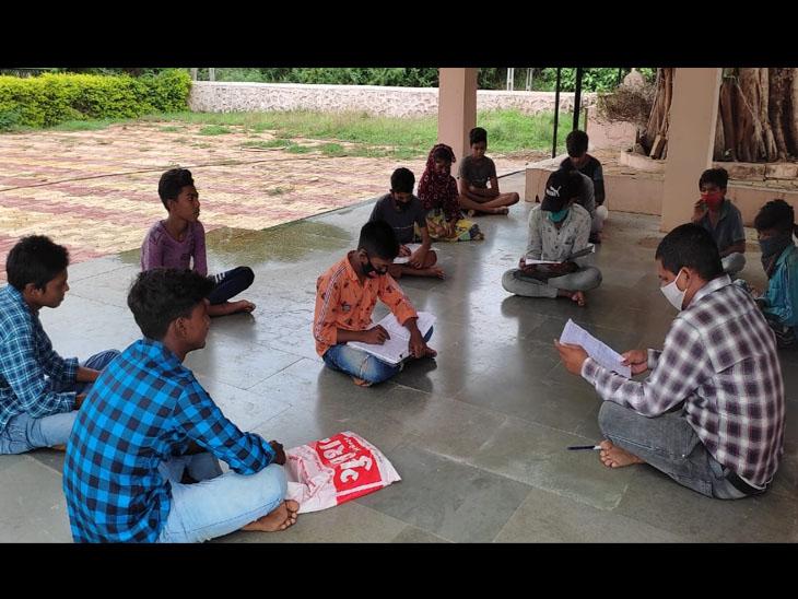 બોડેલીની ખત્રી વિદ્યાલયના શિક્ષકો દ્વારા અપાતુ શેરી શિક્ષણ. - Divya Bhaskar