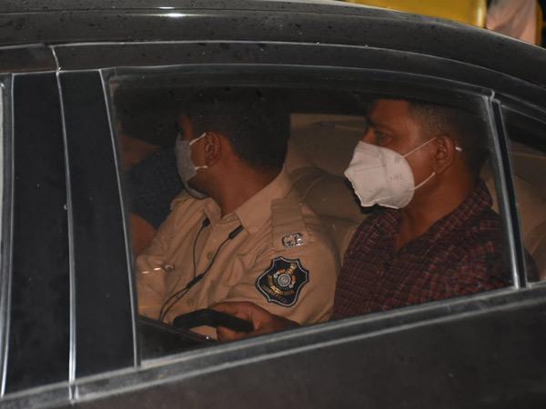 એન્ટીકરપ્શન બ્યુરોએ છટકું ગોઠવીને મોડીરાતે ડ્રાઇવરની અટકાયત કરતા પોલીસબેડામાં ખળભળાટ મચી ગયો હતો. - Divya Bhaskar