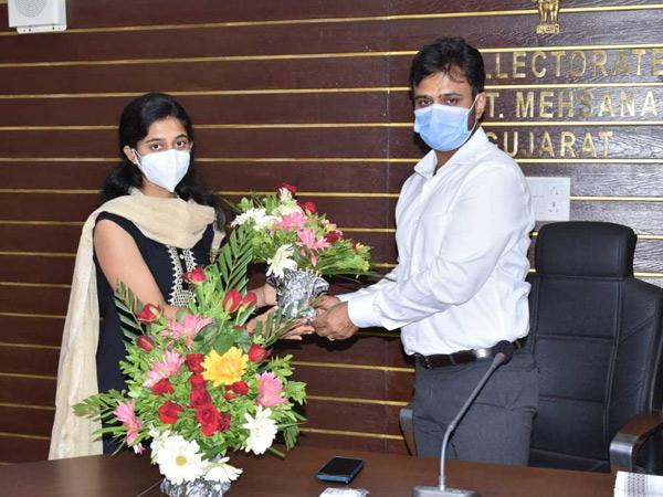 કલેકટર ઉદીત અગ્રવાલનું અધિક નિવાસી કલેક્ટર પ્રદીપસિંહ રાઠોડ, પ્રોબેશન આઇએએસ અધિકારીએ સ્વાગત કર્યું હતું. - Divya Bhaskar