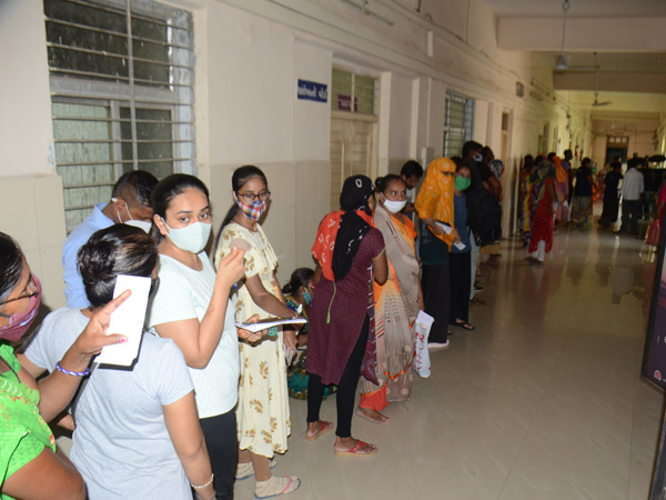 મહેસાણા સિવિલના પ્રથમ માળે પ્રથમ ડોઝ માટે શુક્રવારે ધસારો રહેતા લાંબી લાઇન લાગી હતી. - Divya Bhaskar