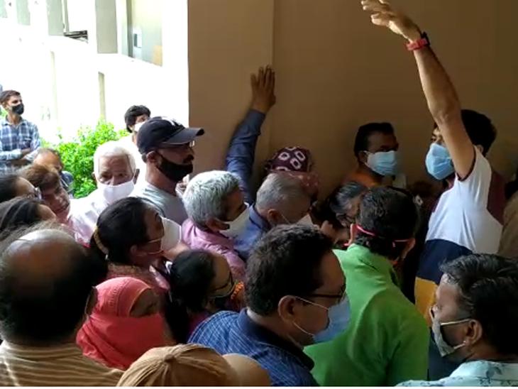 અમદાવાદમાં વેક્સિનેશન સેન્ટર પર આયોજનના અભાવે 100થી વધુ લોકો લાઇનમાં ધક્કે ચઢ્યા, વેક્સિનનો સ્ટોક ખૂટતાં સંખ્યાબંધ કેન્દ્રો બંધ કરવાં પડ્યાં|અમદાવાદ,Ahmedabad - Divya Bhaskar
