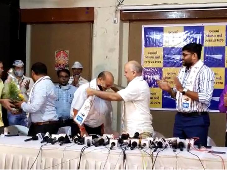 'મારે સેવા કરવી છે, શું થશે મને ગોળી મારી દેશે', ઉદ્યોગપતિ મહેશ સવાણી ભાજપ છોડી AAPમાં જોડાયા, સિસોદિયાના હસ્તે ખેસ પહેરી ઝાડુ પકડ્યું|સુરત,Surat - Divya Bhaskar