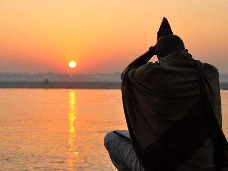 બપોરે 12 થી 4 વાગ્યાના સમયગાળા વચ્ચે પિતૃઓની પૂજા કરવાની પરંપરા, સવાર-સાંજ દેવી-દેવતાઓનું પૂજન કરવું|ધર્મ,Dharm - Divya Bhaskar