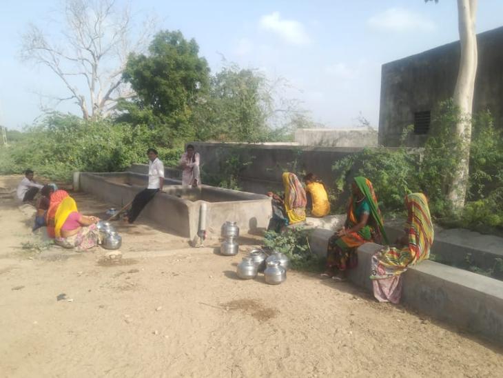 પીવાનું પાણી ન મળતાં મહિલાઓને રઝળપાટ કરવો પડે છે. - Divya Bhaskar
