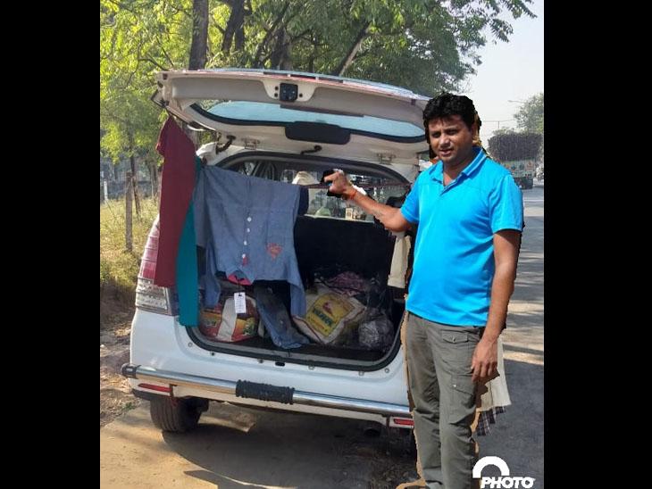 વાનમાં ફેરી માર કપડા વેચી રહેલા ટ્રાવેલ સંચાલક. - Divya Bhaskar