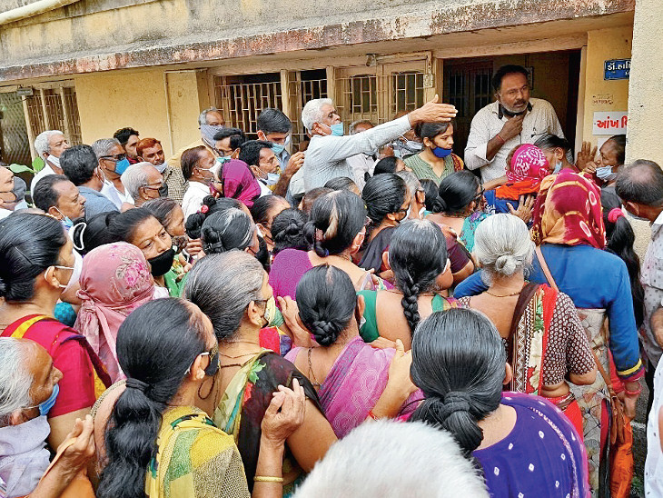 કેશોદ સિવિલ હોસ્પિટલમાં આક્રોશ વ્યક્ત કરતા લોકો - Divya Bhaskar
