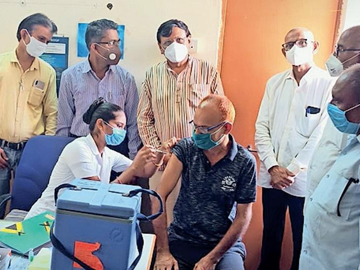 માળિયા પીએચસી ખાતે વડીલોએ રસી લીધી હતી. - Divya Bhaskar
