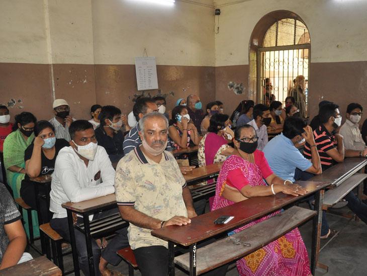 80 હજાર ડોઝ સામે સરકારે 30 હજાર જ આપતા અનેક રસી સેન્ટર પર તાળાં, લોકોને ધરમધક્કો|સુરત,Surat - Divya Bhaskar