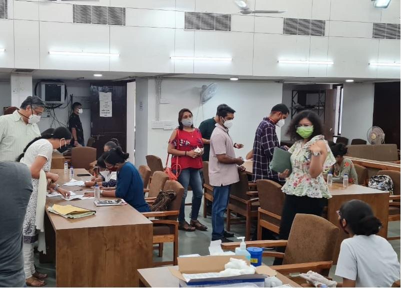 હાઇકોર્ટ એડવોકેટ એસો. દ્વારા વેક્સિનેશન કેમ્પનું આયોજન, એડવોકેટ, ક્લાર્ક અને તેમના પરિવારના સભ્યો સહિત 700થી વધુએ વેકસીન લીધી|અમદાવાદ,Ahmedabad - Divya Bhaskar
