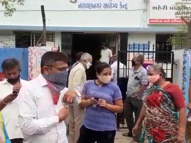રસીકરણ કેન્દ્ર બહાર લોકો ટળવળ્યા.