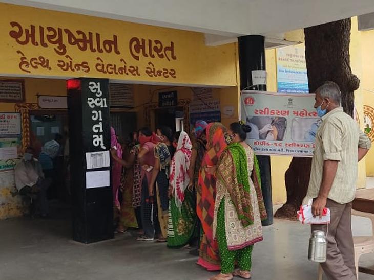 સુરેન્દ્રનગરના શહેરી વિસ્તારોના રસીકરણ કેન્દ્રો પર રવિવાર લોકોએ રસીનો લાભ લીધો હતો. - Divya Bhaskar