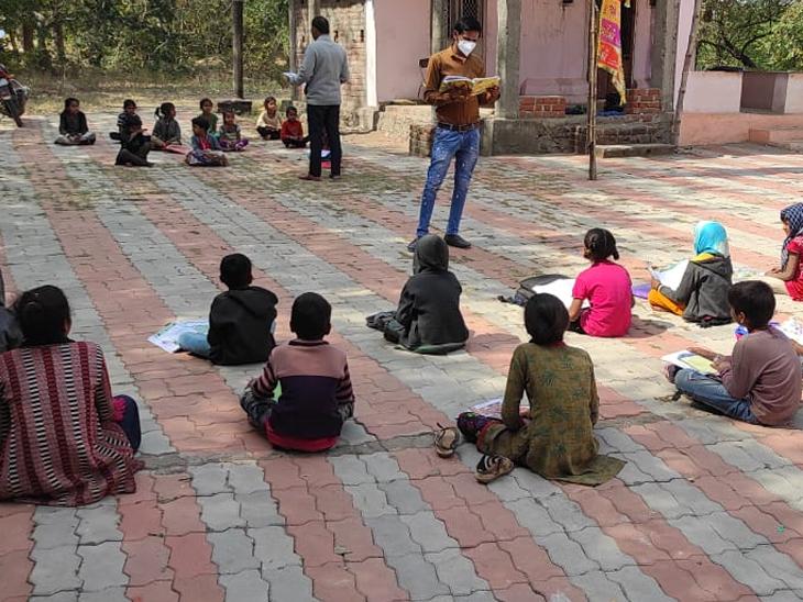 વિરપુર તાલુકામાં બાળકોના ઘરે જઈ શેરી શિક્ષણ આપતા શિક્ષકો - Divya Bhaskar
