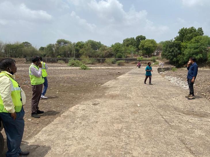 ગઢબોરીયાદ, ચંદનપુરા, જામલી છેવટ રોડ પર બે પુલ બનાવવા માટે નદી પર સર્વે કરાયો હતો. - Divya Bhaskar