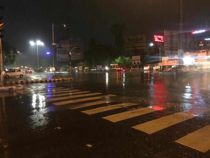 શહેરમાં રાતે ગાજવીજ અને પવન સાથે 1 કલાકમાં દોઢ ઈંચ વરસાદ|વડોદરા,Vadodara - Divya Bhaskar