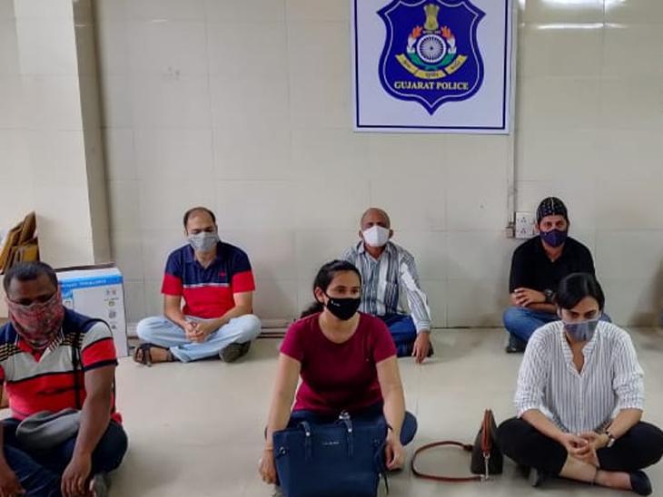 કમાટીબાગના બેન્ડ સ્ટેન્ડ ખાતે રસીકરણનો વિરોધ કરી રહેલી 2 મહિલા સહિત 8ની અટકાયત કરાઈ હતી. - Divya Bhaskar