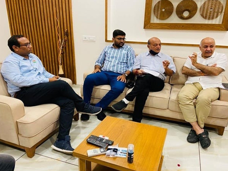 આપના નેતાઓ સાથે મહેશ સવાણી - ફાઇલ તસવીર - Divya Bhaskar