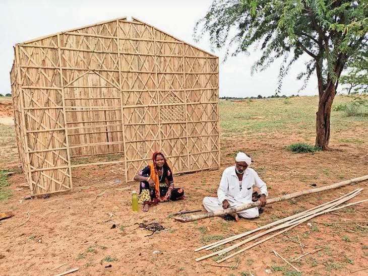 ડિઝાઇનર ઝૂંપડી બનાવતા રમેશ અને તેમનાં પત્ની. - Divya Bhaskar