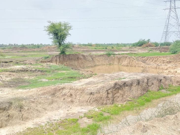 મહિજના 999 વિઘા તળાવ ચોમાસું શરૂ થયું હોવા છતાં પાણી ન હોવાને કારણે કોરૂં ધોકાર જોવા મળી રહ્યું છે. - Divya Bhaskar