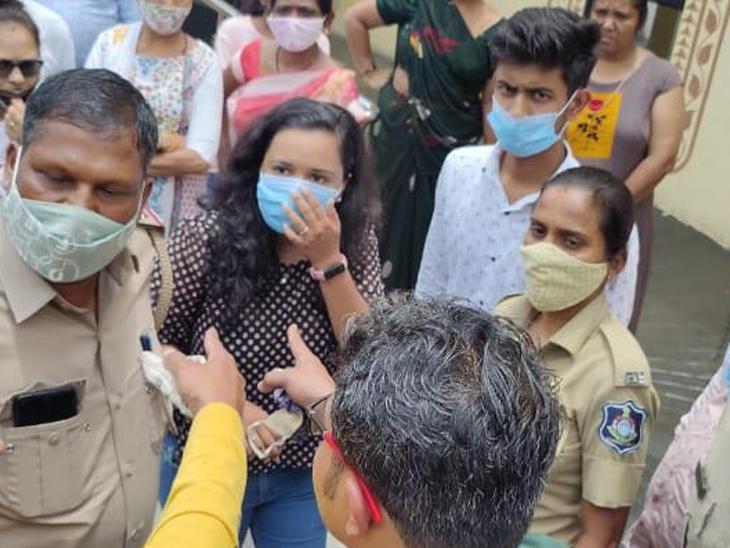 સિમાડામાં ડોક્ટર અને કોર્પોરેટર વચ્ચે વેક્સિન મુદ્દે બબાલ - Divya Bhaskar