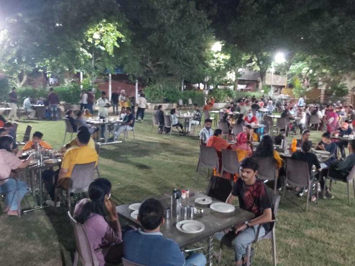 સામાજિક અંતર સાથે હોટેલમાં ભોજન - Divya Bhaskar