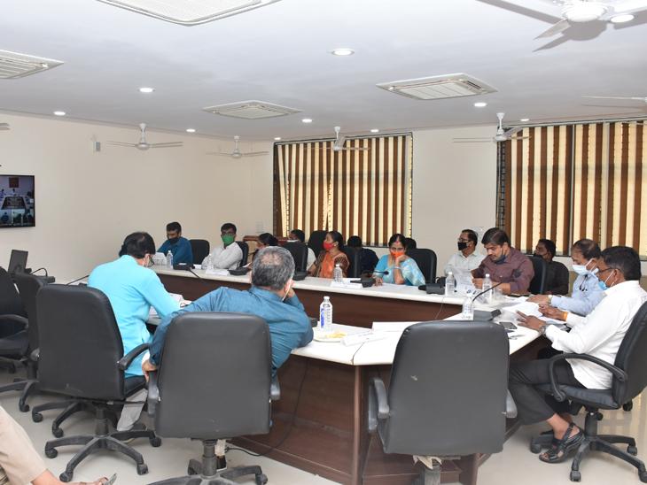બેઠકમાં વિકાસ કામના નિર્ણય લેવાયા - Divya Bhaskar