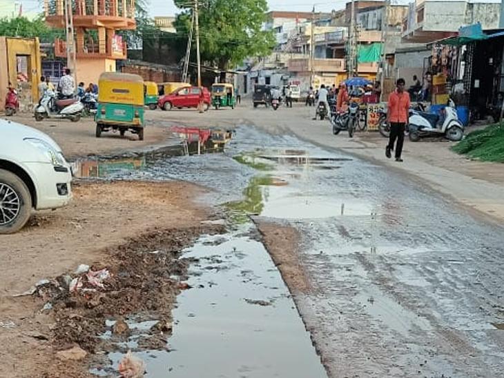 કોલવડાની દરબાર ભાગોળથી રૂપાલ જતા રસ્તા પર ગટર ઉભરાતા વહેતા પાણીની સમસ્યાથી લોકોને હાલાંકી - Divya Bhaskar