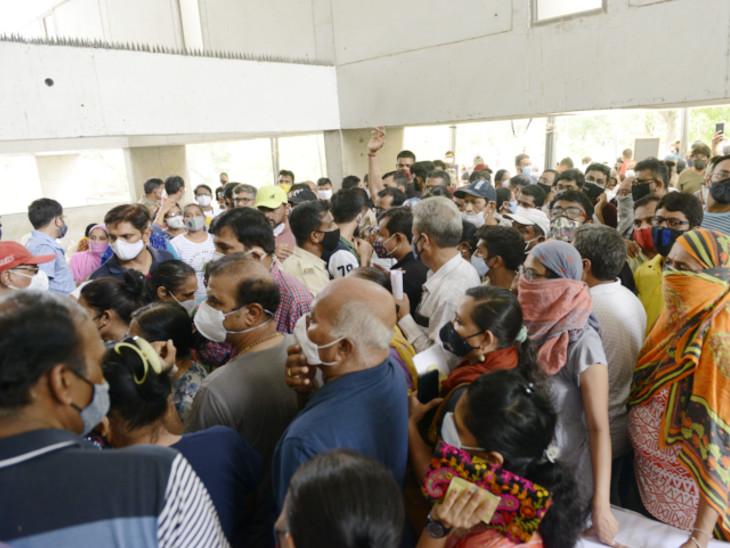 ટાગોર હોલમાં સિક્યુરિટીએ પાછલા બારણે લોકોને ઘૂસાડતાં ભારે હોબાળો - Divya Bhaskar