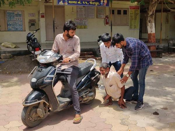 જેતપુરના એક કેન્દ્ર પર લાઇન વગર મળે વેક્સિન|જેતપુર,Jetpur - Divya Bhaskar