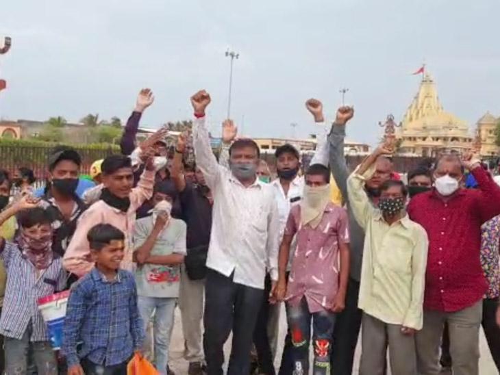 મંદિર પરિસરમાં વિરોધ કરી રહેલા હિન્દુ સંગઠનના કાર્યકર્તાઓ.