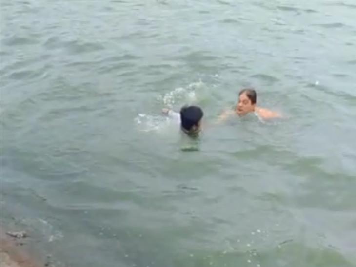 તરુણને ડૂબતો જોઈ સ્થાનિક તરવૈયા બચાવવા કૂદી પડ્યા.