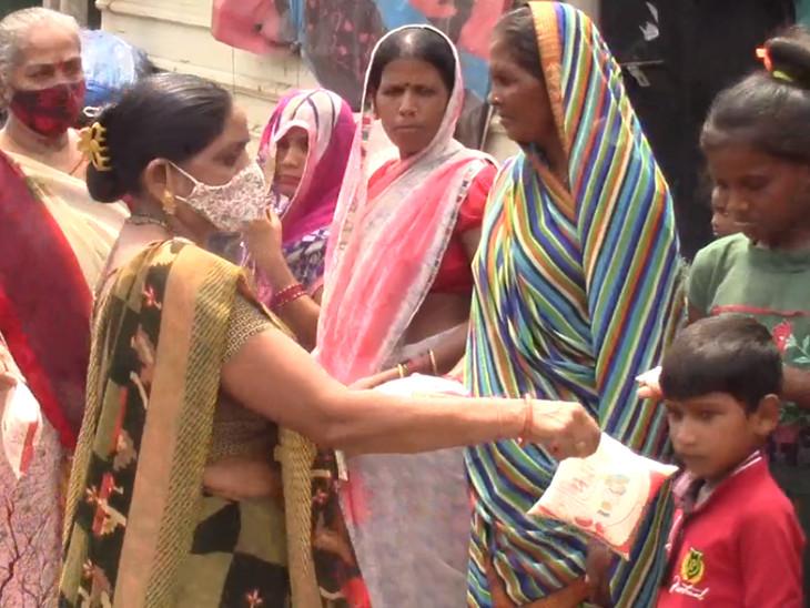 સુરતના પુણા વિસ્તારમાં દૂધના ભાવ વધતાં વિરોધ, ગરીબ બાળકોમાં દૂધ વિતરણ કરી સરકારની આંખ ખોલવા પ્રયાસ કર્યો|સુરત,Surat - Divya Bhaskar