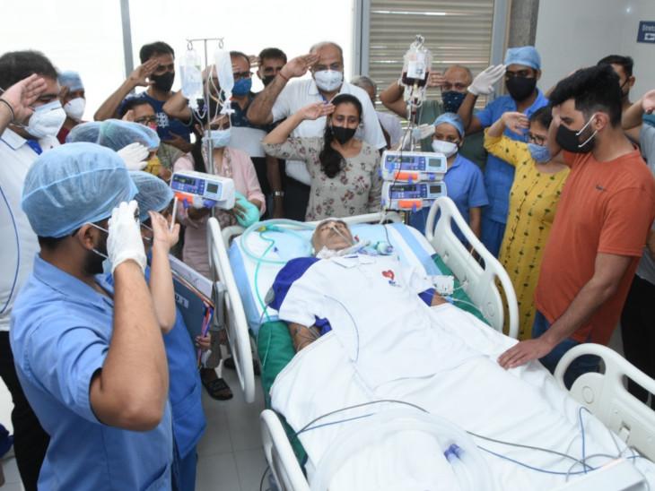 અંગદાતાને પરિવાર અને હોસ્પિટલ સ્ટાફ દ્વારા સલામી અપાઈ હતી.