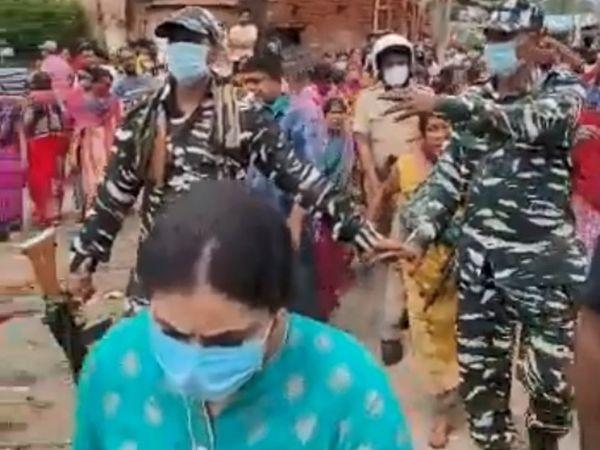 આતિફ રશીદે કેટલીક વીડિયો પોસ્ટ કરી છે. જેમાં જોવા મળે છે કે ગુસ્સામાં કેટલાંક લોકોએ ટીમની ઘેરબંધી કરી છે. - Divya Bhaskar