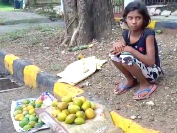 રસ્તા પર કેરી વેચતી તુલસીની તસવીર સોશિયલ મીડિયામાં વાઇરલ થઈ હતી. - Divya Bhaskar
