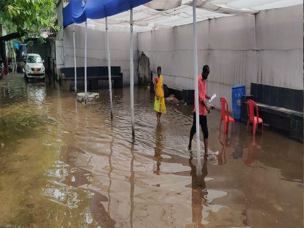 પટનામાં ગર્દનીબાગ હોસ્પિટલ કેમ્પસમાં પાણી ભરાયાં. - Divya Bhaskar