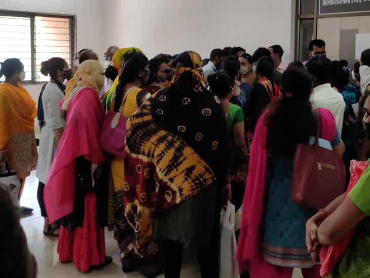 સહયોગ સંકુલ સ્થિત શાસનાધિકારીની કચેરી પાસે શિક્ષકની ભરતી માટે આવેલા ઉમેદવારોએ હોબાળો મચાવ્યો હતો. - Divya Bhaskar