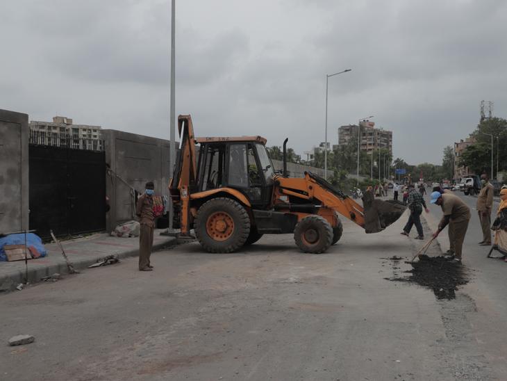 રસ્તો સાંકડો થઇ જતા પાલિકાએ બીઆરટીએસ રેલિંગ રસ્તાની વચ્ચેથી હટાવી દીધી હતી. - Divya Bhaskar