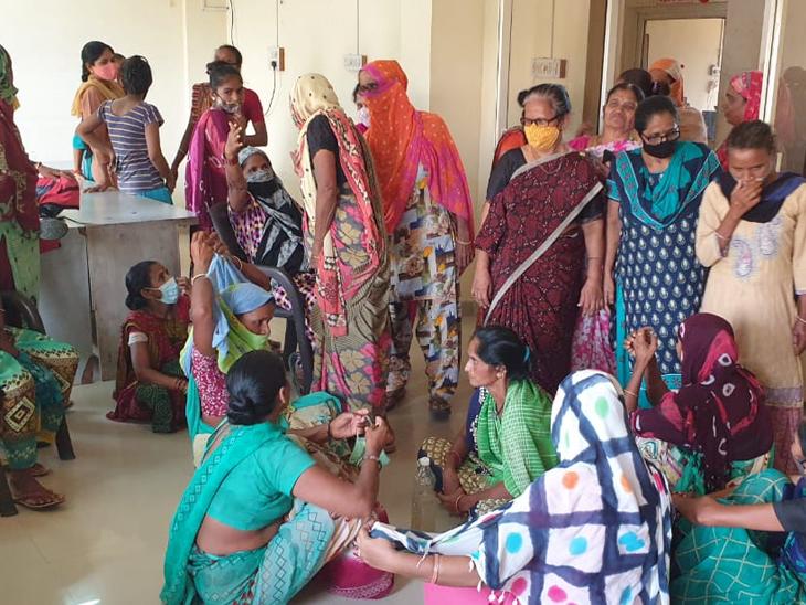 ડાકોરમાં પાણીબાબતે મહિલાઓ પાલિકામાં પહોચી હતી. પરંતુ કોઇ અધિકારી નહી મળતા મહિલાઓએ હોબાળો મચાવ્યો હતો. - Divya Bhaskar