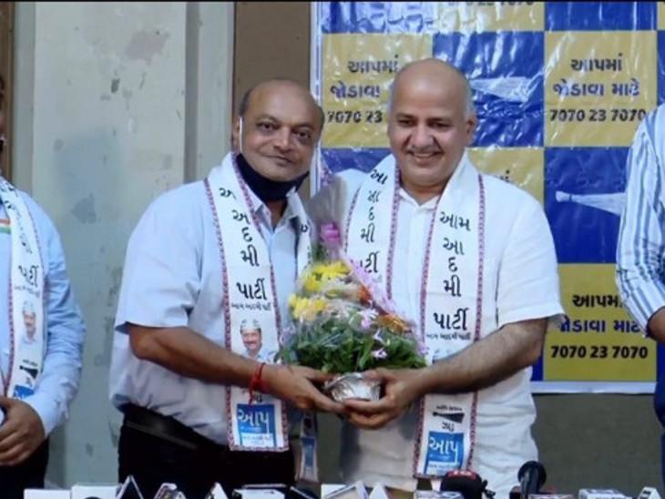 મહેશ સવાણી ડાબે અને જમણે દિલ્હીના ડેપ્યૂટી સીએમ મનિષ સિસોદિયાની તસવીર - Divya Bhaskar
