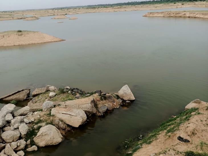 બનાસનદીમાં પાણી છોડાતા ખેડૂતોમાં ખુશી પ્રસરી. - Divya Bhaskar
