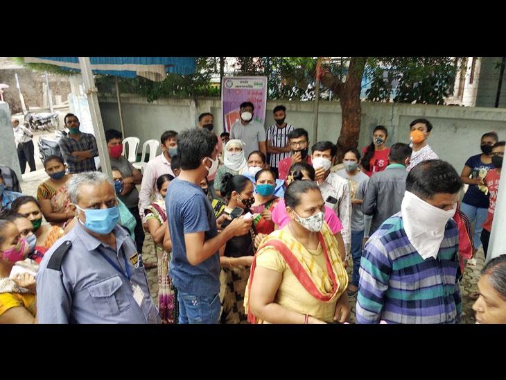હુડકો આરોગ્ય કેન્દ્રમાં રસી ખૂટતા લોકોને ધક્કા, ઉત્સાહભેર રસી મુકાવવા આવેલા લોકોને નિરાશ થઈને પરત જવું પડ્યું હતું. - Divya Bhaskar
